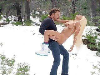 Fantasy outdoor winter porn with Luna Dignitary