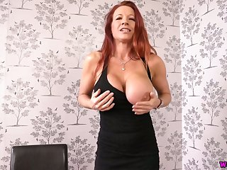 Chat dropping red haired milf Faye Rampton shows off her tasty anticipating cunt