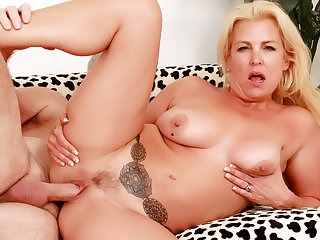 Adult Blonde Taylor Leigh Gets Orally Satisfied Vanguard until now Pummeling