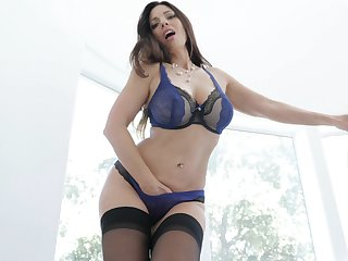 Mindi Mink puts a finger on her clit be worthwhile for the best orgasm often