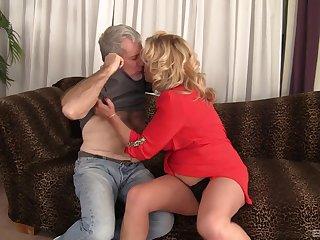Fat of age Karen Summer drops her panties to be fucked good
